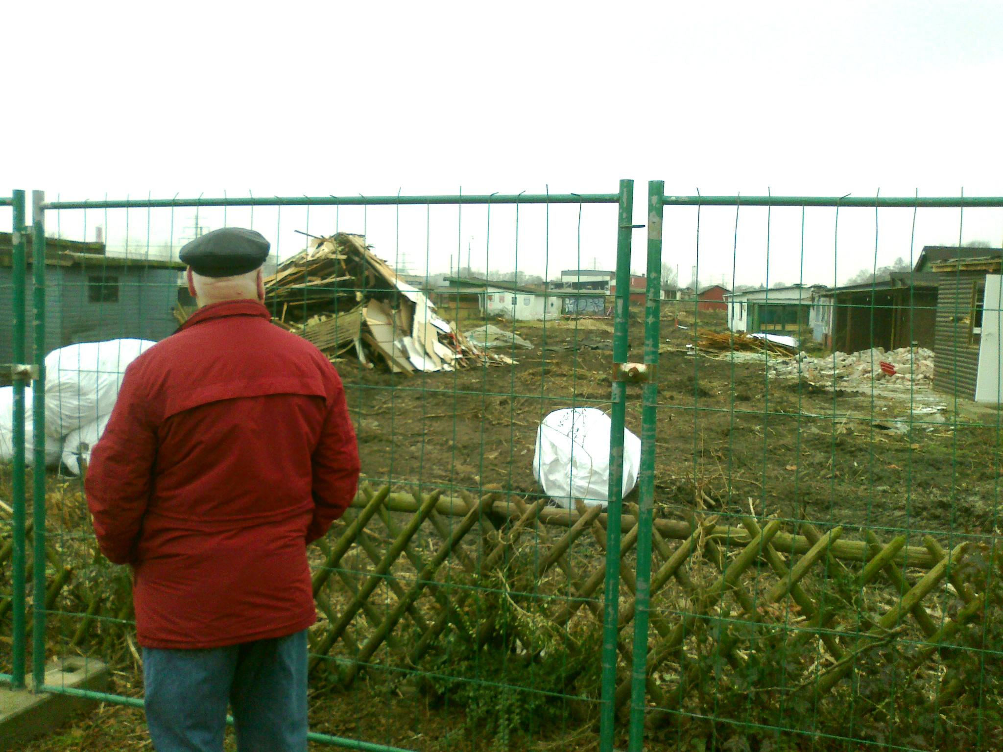 Kleingärtner vor dem zerstörten Behelfsheim, in dem er über 40 Jahre verbacht hat